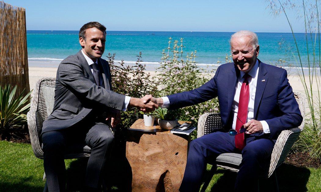 拜登邀請馬克宏通話,化解外交危機。圖為今年六月法國總統馬克宏(左)和美國總統拜登...