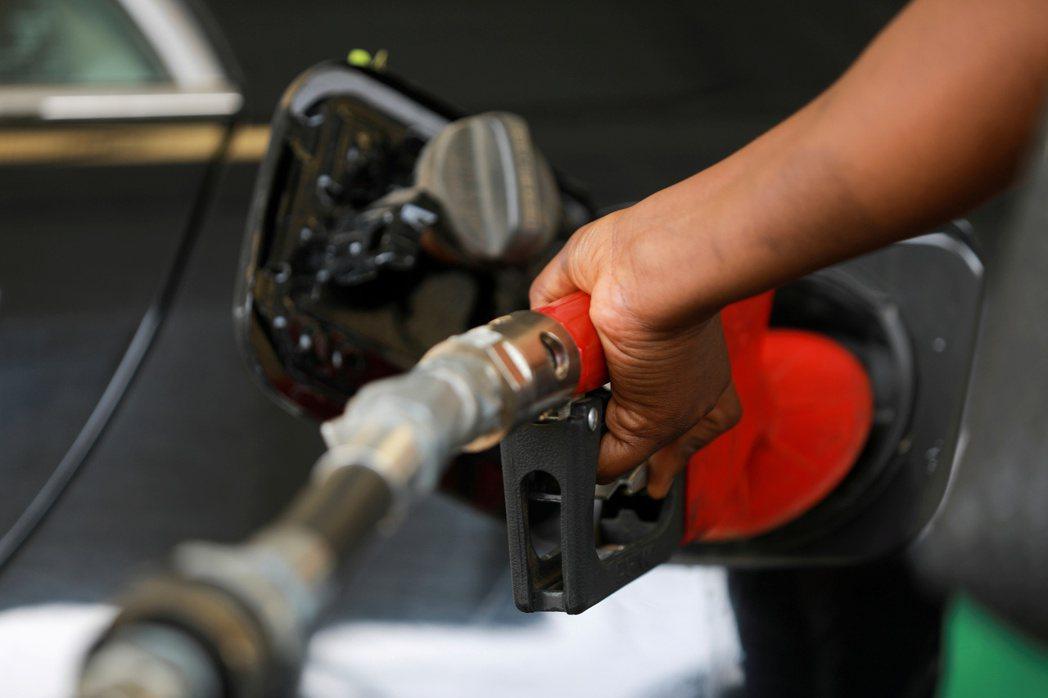 高盛預期,若冬季比以往更寒冷,國際油價可能衝上每桶90美元。(路透)