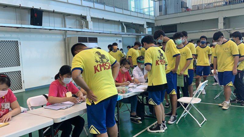 台南市港明高中接種疫苗人數應該台南市最多,今天上午先進行高中部學生的接種作業,目前都很順利。記者吳淑玲/攝影