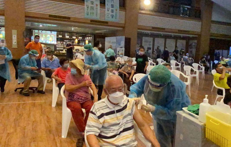 長者今天到台中南屯區的慈濟台中靜思堂快打站接種莫德納第二劑。記者趙容萱/攝影