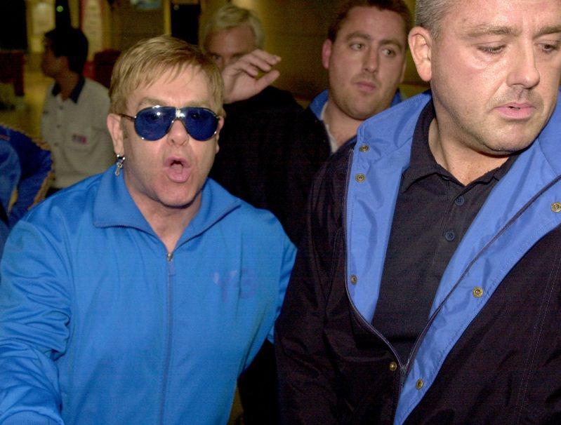 艾爾頓強9月23日深夜搭專機抵台,一下飛機就拒絕媒體拍照,通過證照查驗櫃檯時還用髒話辱罵記者。圖/聯合報系資料照片
