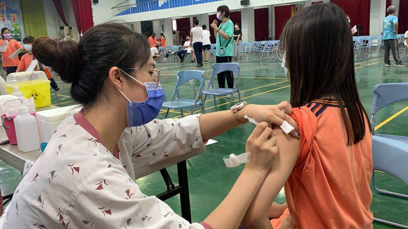 台南佳里國中學生疫苗接種相當踴躍。記者吳淑玲/攝影