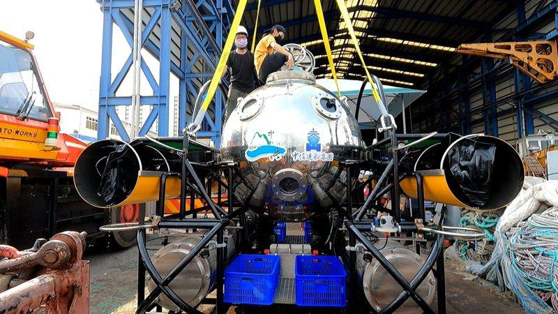 中山大學智慧操控水下載具平台技術研發學研中心開發的「科研用水下載人載具」,在中信造船廠區水下5米完成「載人入艙」潛行以進行維生系統測試。圖/中山大學提供