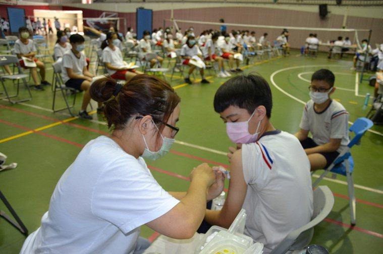 國高中學生施打疫苗進入第2天,台南市中山國中學生邊打疫苗,還可欣賞音樂。記者鄭惠...