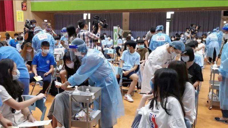 學生已陸續開始接種新冠疫苗,但林口長庚副院長邱政洵向政府建議,應盡速布局12歲以下兒童疫苗的採購。本報資料照片