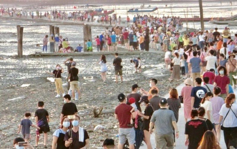 悶壞的民眾在中秋連假湧進彰化縣芳苑鄉新啟用的海空步道,居民說從沒看到這種盛況,遊客不僅帶來垃圾、停車亂象,也讓人擔心成為防疫破口。圖/洪堯東提供