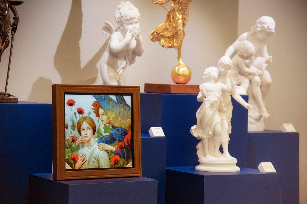 民眾選購畫作時透過A.R.T. 可感受影像的每個陰影和色調,並能延伸博物館禮品店...
