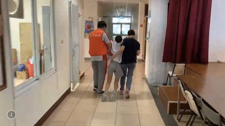 南投市五育高中一名女同學打完疫苗後,出現暈針全身癱軟,被眾人趕緊送往保健室休息。...