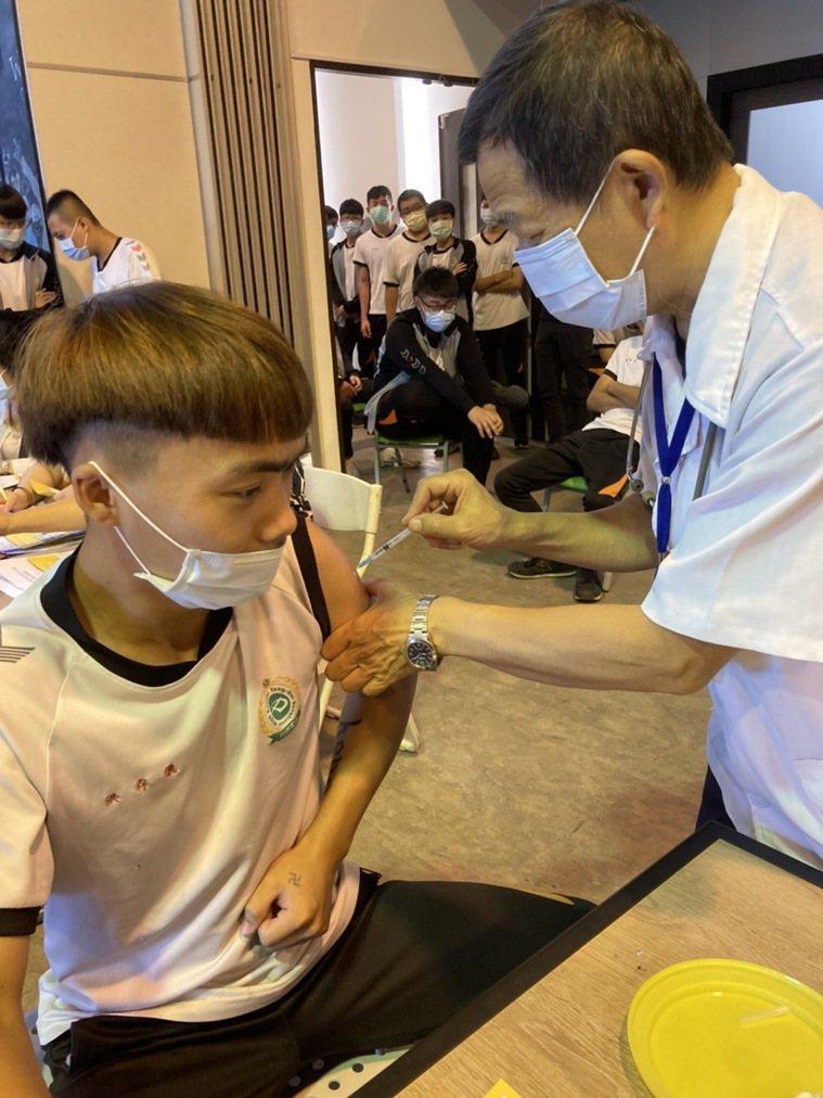 草屯鎮的同德高中今天共450位同學校園接種疫苗,上午沒有同學發生不適的現象。記者...