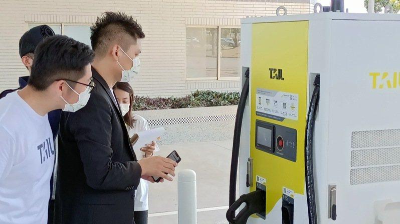 國道首座電動車快充站啟用。圖/高公局提供