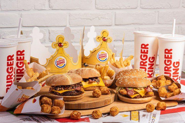 為慶祝嘉義店開幕,漢堡王推出「勁濃安格斯牛肉堡、美式花生雙層脆雞堡」的雙享套餐,...