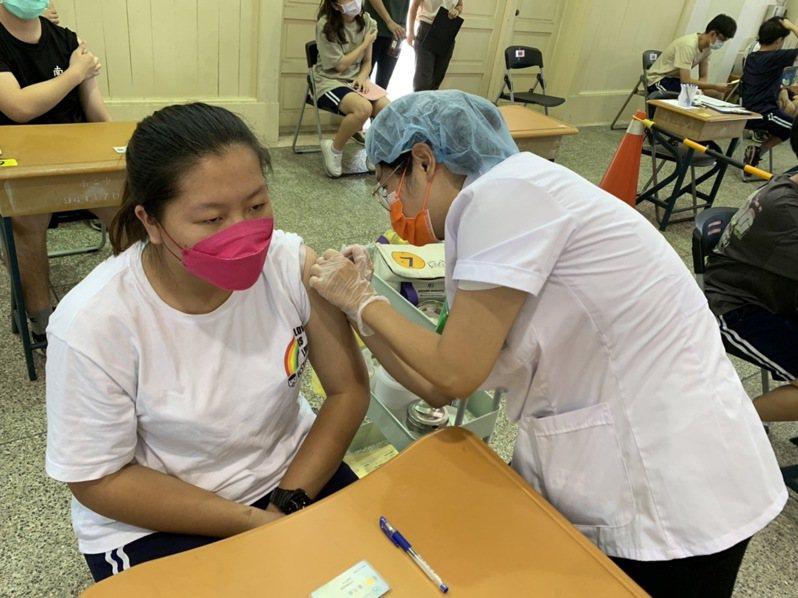 國高中施打BNT疫苗進入第2天,台南市請疫苗假有5百多人。記者鄭惠仁/攝影