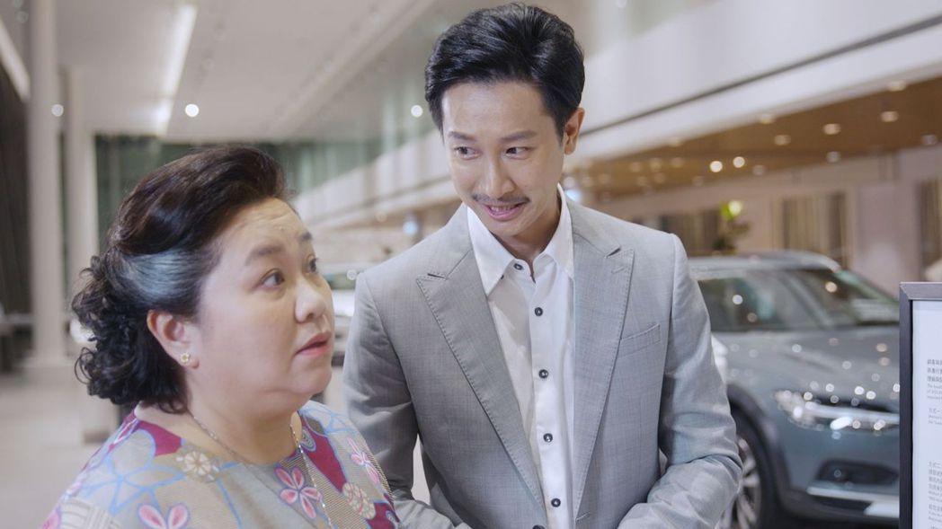 鐘欣凌(左)和Darren 邱凱偉廣告片中在扮母子。圖/國際富豪汽車提供