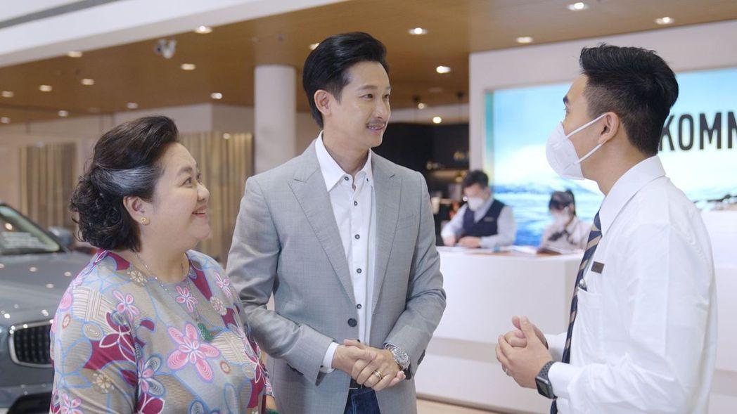 鐘欣凌(左)和Darren 邱凱偉廣告片中再扮母子。圖/國際富豪汽車提供