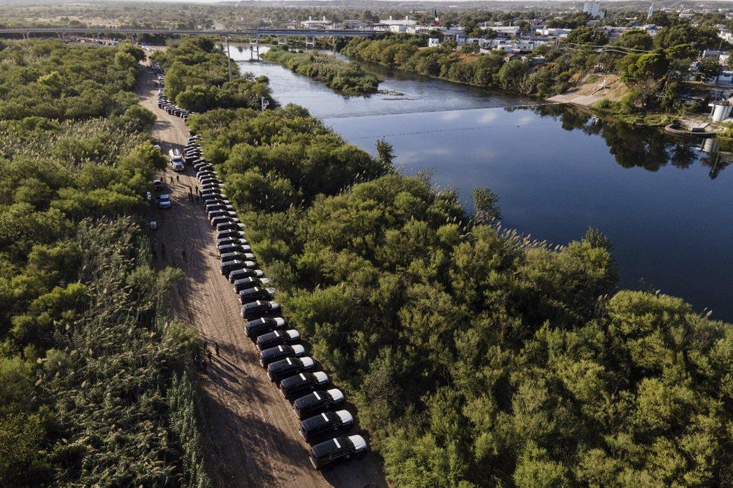 美國德州長艾伯特表示,德州公安部將警車全部停好後,人們就突然停止在這個地點跨過邊...