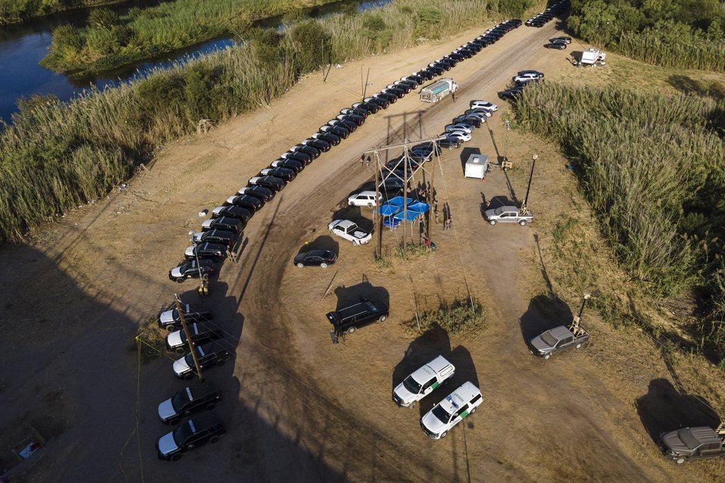 美國德州長艾伯特22日讚揚州警與邊防官員出動數百輛警車,沿著美墨邊境打造一道綿延...