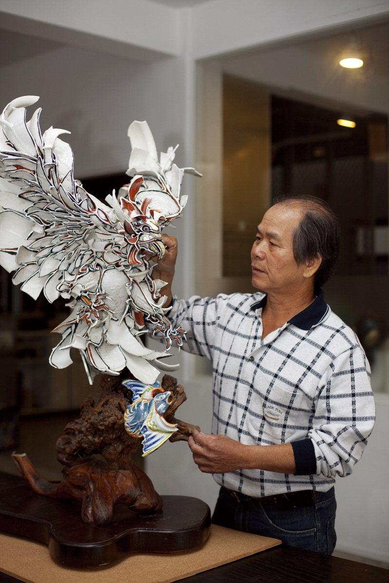 「2021年國家工藝成就獎」得主—剪黏大師陳三火。他的剪黏作品遍及北港朝天宮全台多處傳統廟宇、被譽為「屋頂上的藝術家」。圖/文化部提供