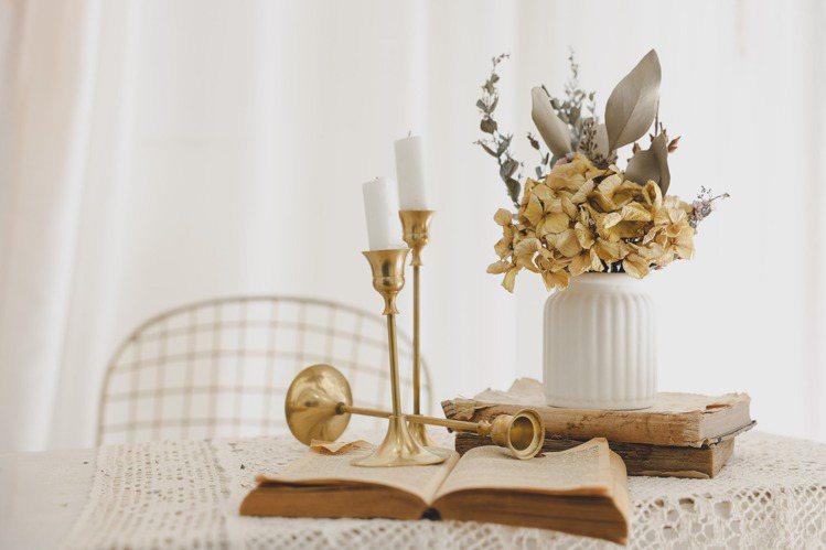 麗緻花藝設計花藝師James示範手作乾燥花盆栽。記者李政龍/攝影