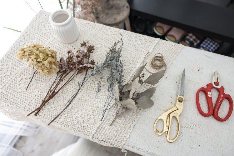 乾燥花盆栽材料:乾燥繡球花、尤加利果、星辰花、尤加利葉、剪刀、麻繩、桌上型小花器...