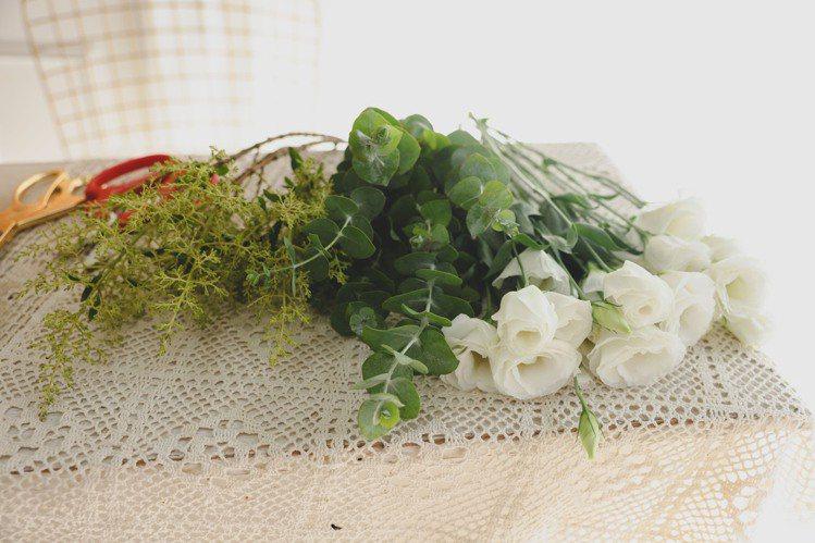 手綁花材料:白桔梗、尤加利葉、過山香、剪刀、藤製提籃、小花器(以不超出提籃高度為...