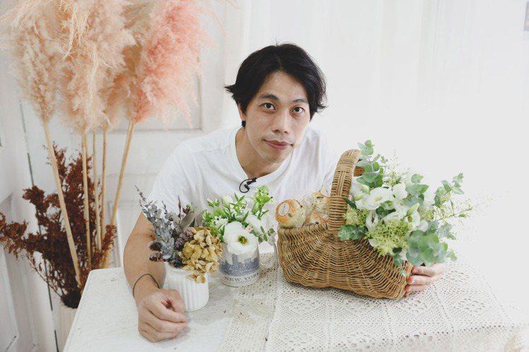 麗緻花藝設計花藝師James示範3款容易上手的手作花藝。記者李政龍/攝影