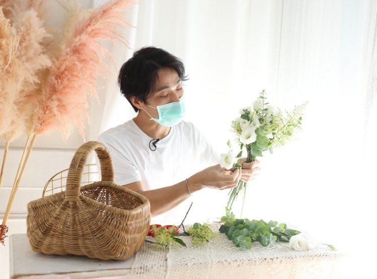 製作手綁花時可用一花+一葉或兩花+一葉的螺旋腳混搭方式,一邊放入花葉、一邊旋轉,...