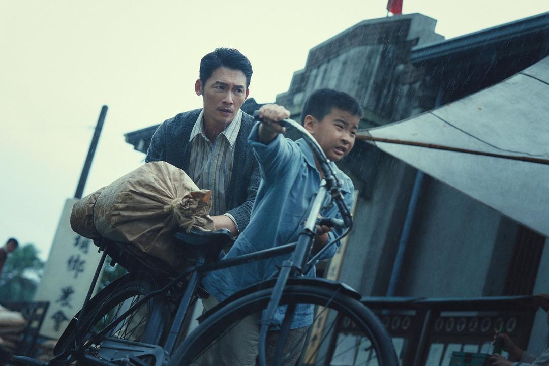 溫昇豪主演,公視、客委會合製時代生活句「茶金」,23日釋出60秒「生存篇」預告,影片中聚焦男主角溫昇豪飾演的失意戰俘「KK」,在動盪1949年,回到台灣在摸索中找到自己的人生之路。在「茶金」中,溫昇...