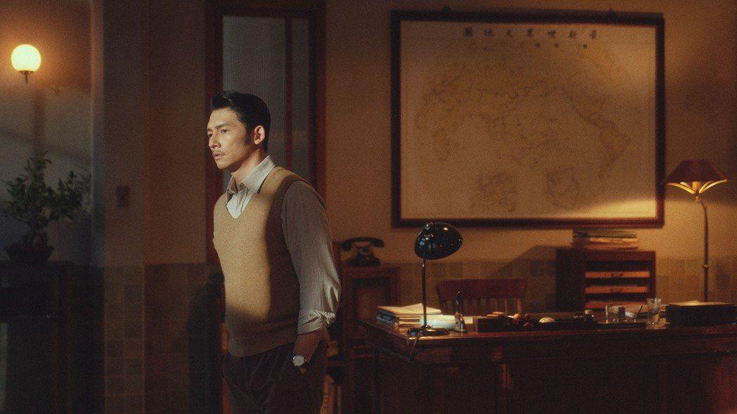 溫昇豪在「茶金」中,角色遊走於多變政商角力間。圖/公視提供
