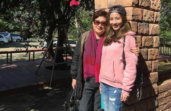 愛雅和媽媽感情深厚,關係相當親密。圖/摘自臉書