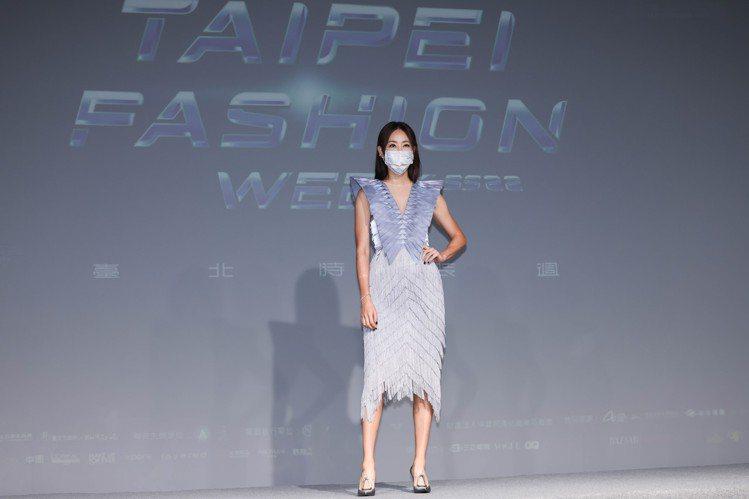 賈永婕展示由設計師汪俐伶Wangliling打造的流蘇洋裝。記者吳致碩/攝影