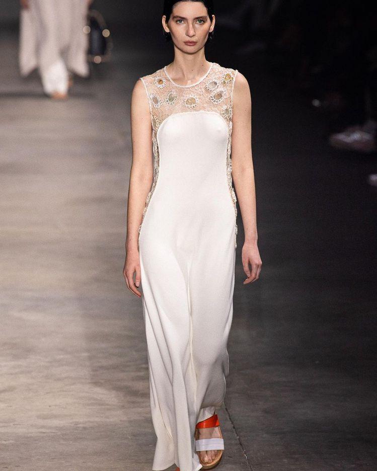 梅朵在進行中的2022春夏時裝周秀場上也沒有缺席,為Gabriela Hears...