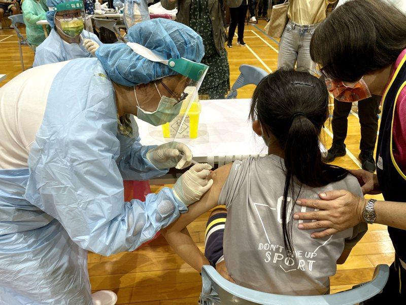 台中市今天開打BNT疫苗統計至下午5點,10校共8237人施打,施打率完成87.15%,教育局表示,有9名學生送醫,目前無大礙,請校方、家長持續觀察學生狀況。記者喻文玟/攝影