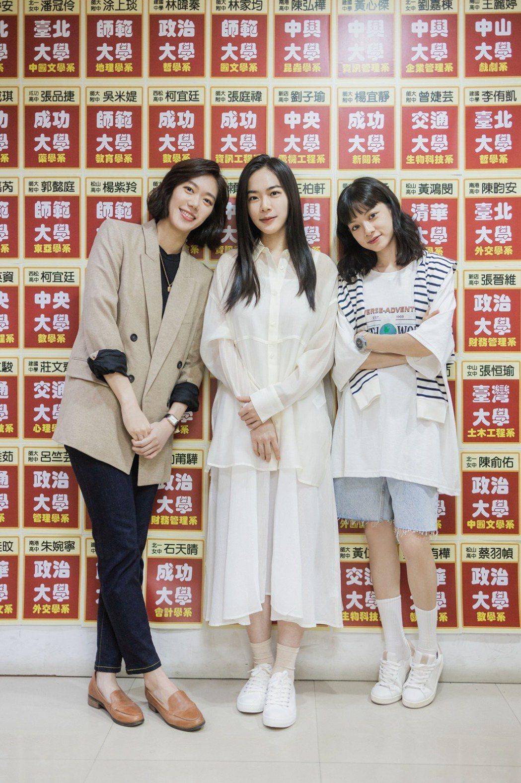 鄧九雲(左)與姚愛寗(右)在徐靖玟新歌MV中上演女女師生戀。圖/華研國際提供