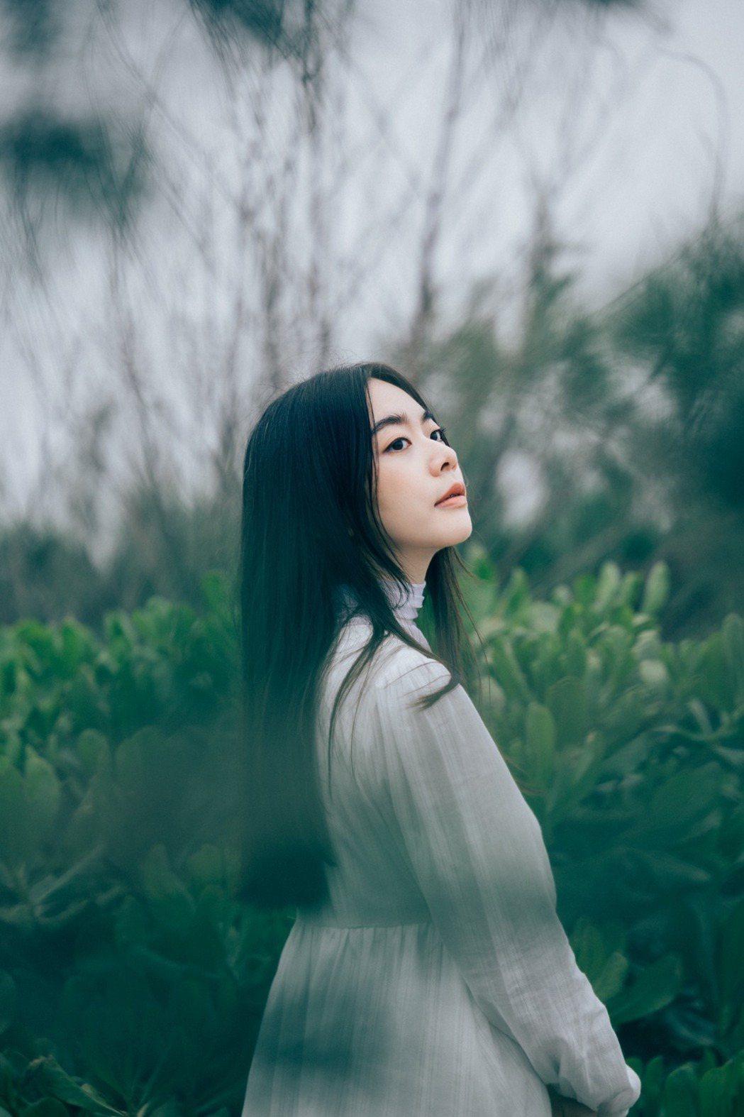 徐靖玟仙氣飄飄,以迷人嗓音詮釋愛情的迷惘。圖/華研國際提供