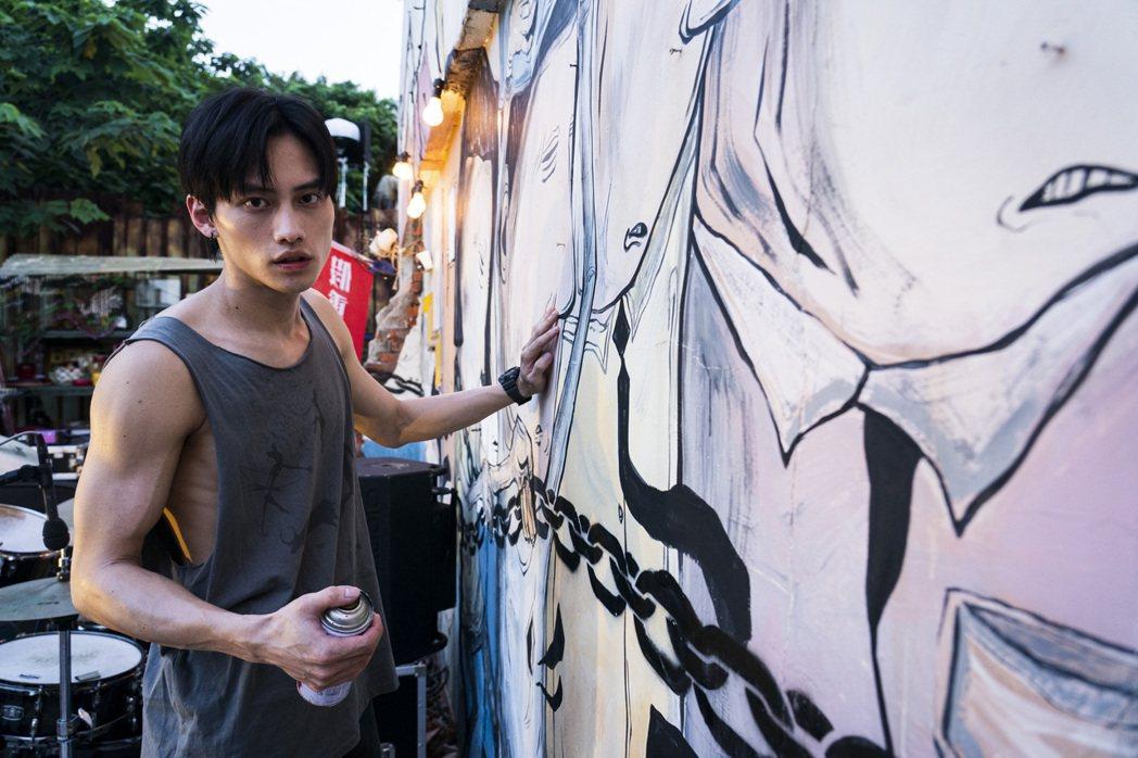 范少勳在「四樓的天堂」中演出街頭塗鴉畫家。圖/公視提供