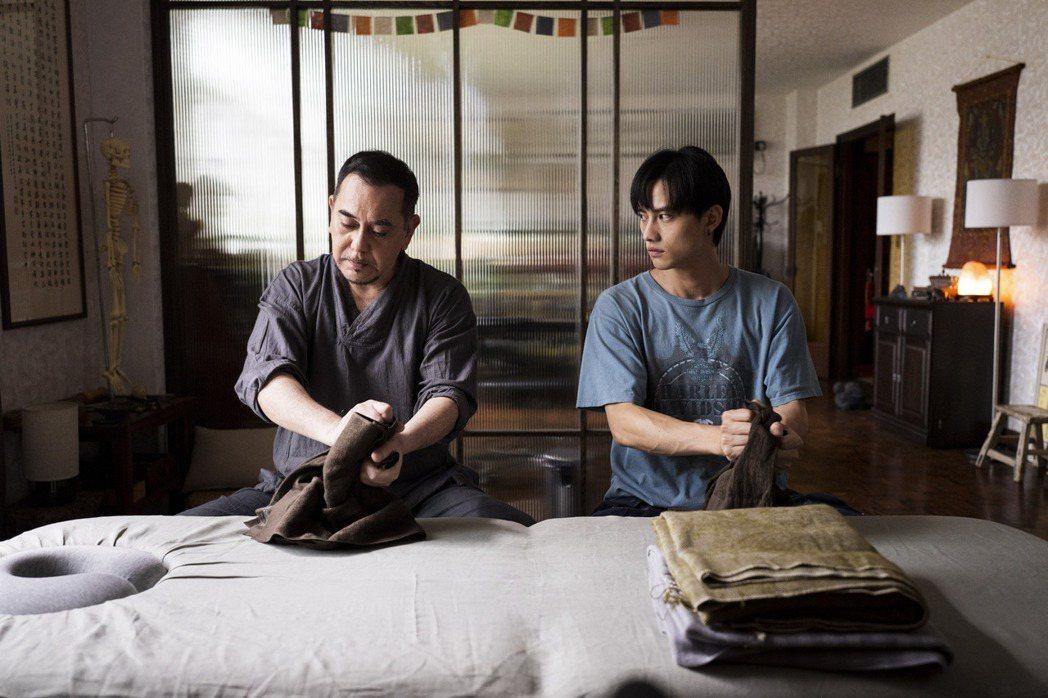 范少勳(右)在「四樓的天堂」中向黃秋生拜師學藝。圖/公視提供
