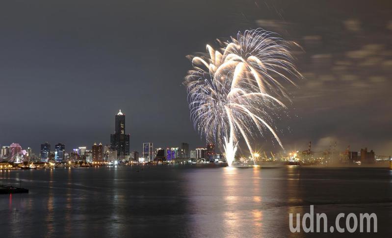 今天晚間七點高雄市政府特地在高雄港灣內施放三分鐘焰火,璀璨的煙花在空中綻放,讓民眾忍不住停下腳步欣賞。記者劉學聖/攝影