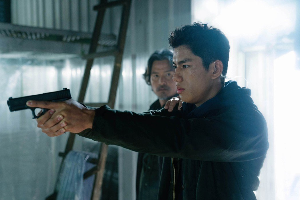 朱軒洋事前接受槍擊訓練才開拍。圖/愛奇藝國際站提供