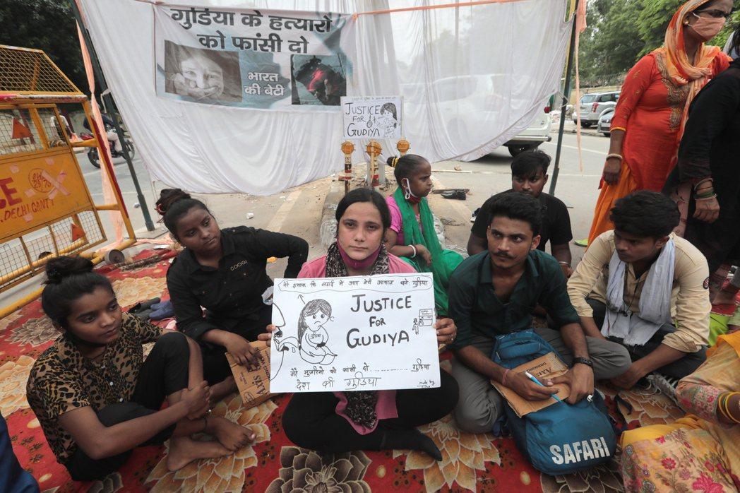 新德里民眾上月5日發起示威,要求當局調查9歲女童疑遭性侵後殺害的案件。(歐新社)