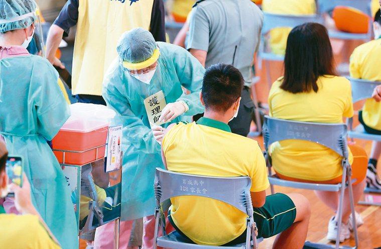 國、高中生打BNT疫苗,可能出現極罕見的心肌炎和心包膜炎。本報資料照片