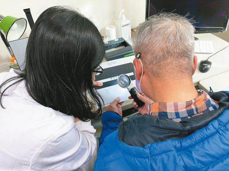 職能師教病人正確使用放大鏡。圖/蘇乾嘉提供