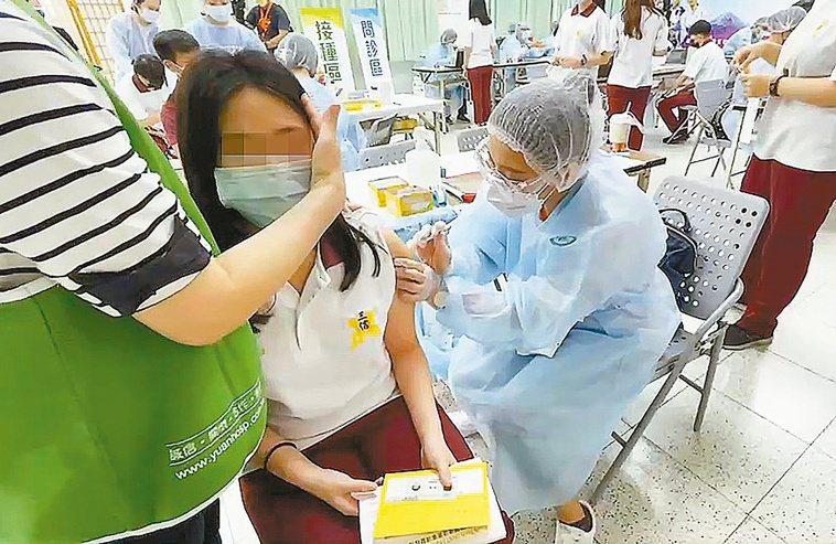 高市三信家商一千八百名學生願打BNT,校方昨起安排接種。記者劉學聖/翻攝