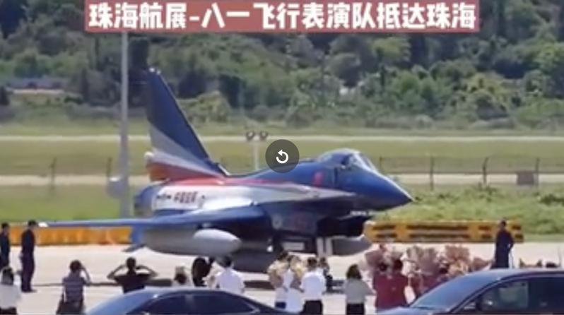 中國大陸空軍八一飛行表演隊的殲-10A抵達珠海機場,將在今年的珠海航展中進行飛行表演。(新浪微博照片)