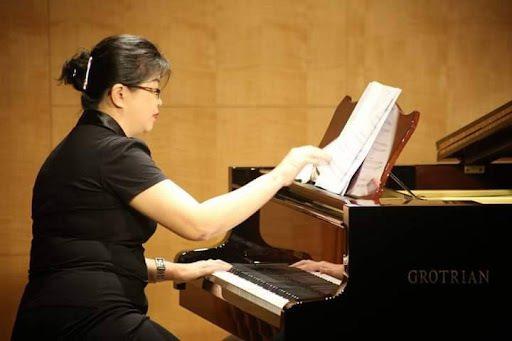 劉秦米老師擅長用鋼琴伴奏來幫助練唱。  圖/劉秦米提供