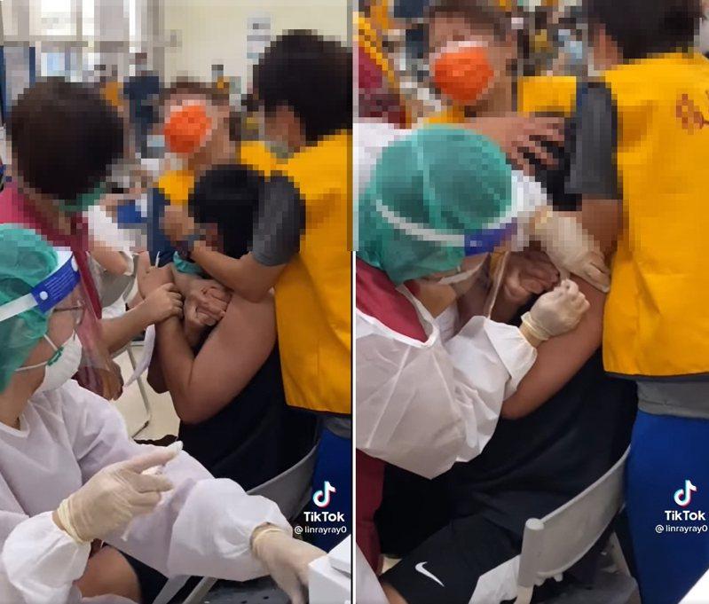 一名學生因為害怕打針,在接種新冠疫苗前害怕得驚聲尖叫。圖/翻攝自「爆廢公社」