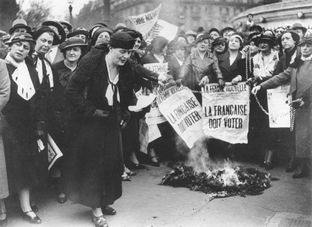 圖為第一波女性主義中具有代表性的一張照片。是1935年法國女性主義者路易絲·魏斯...