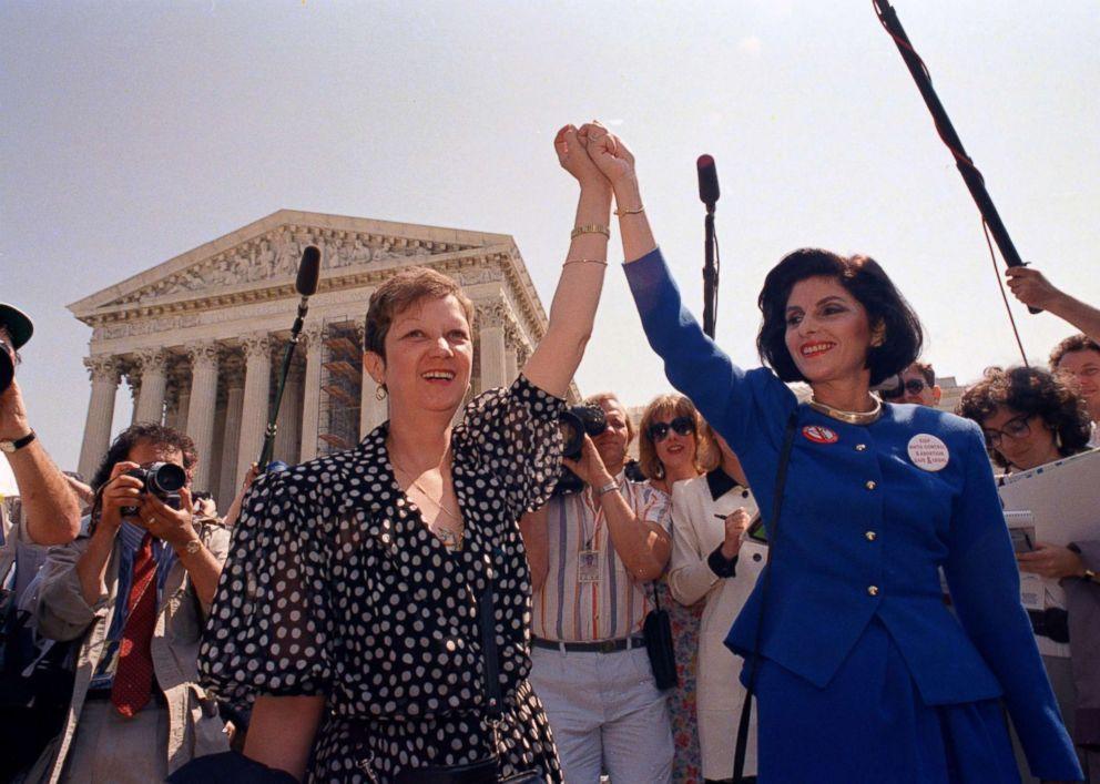 70年代還發生了一個重要性別事件,即為1973年美國著名的羅訴韋德案。左為當時化...