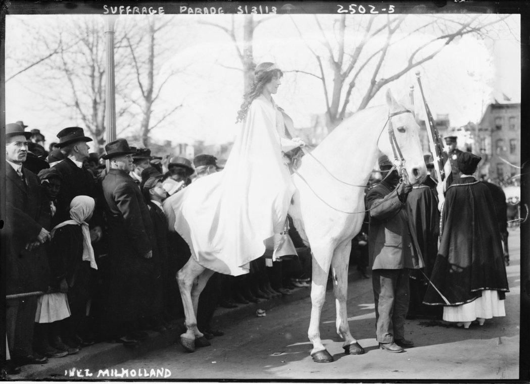 圖為1913年美國女權運動者Inez Milholland Boissevain...
