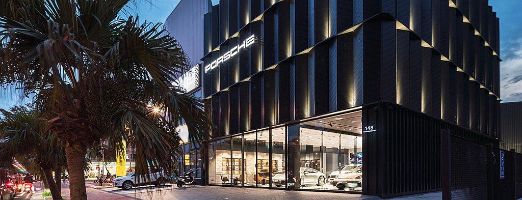 新竹保時捷都會概念店自去年第三季進駐新竹後正式滿周年,是全球第一座以「黑立方」的...