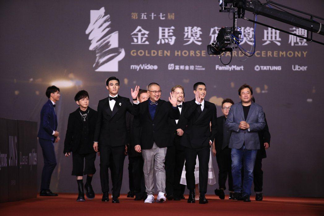 圖為第57屆金馬頒獎典禮,導演柳廣輝(中)率劇組《刻在你心底的名字》走星光大道。 圖/聯合報系資料照片